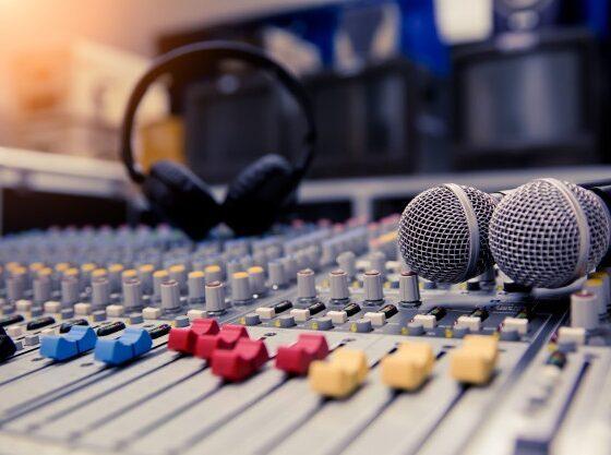por que las canciones suenan diferente en la radio